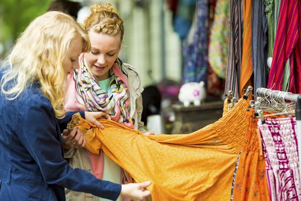 Magasin commerce ecommerce physique toucher produit textile
