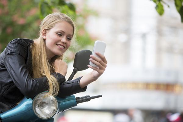 jeune deux-roues scooter sms smartphone portable communication