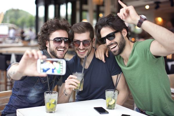 cible jeunes bar selfie consommateurs