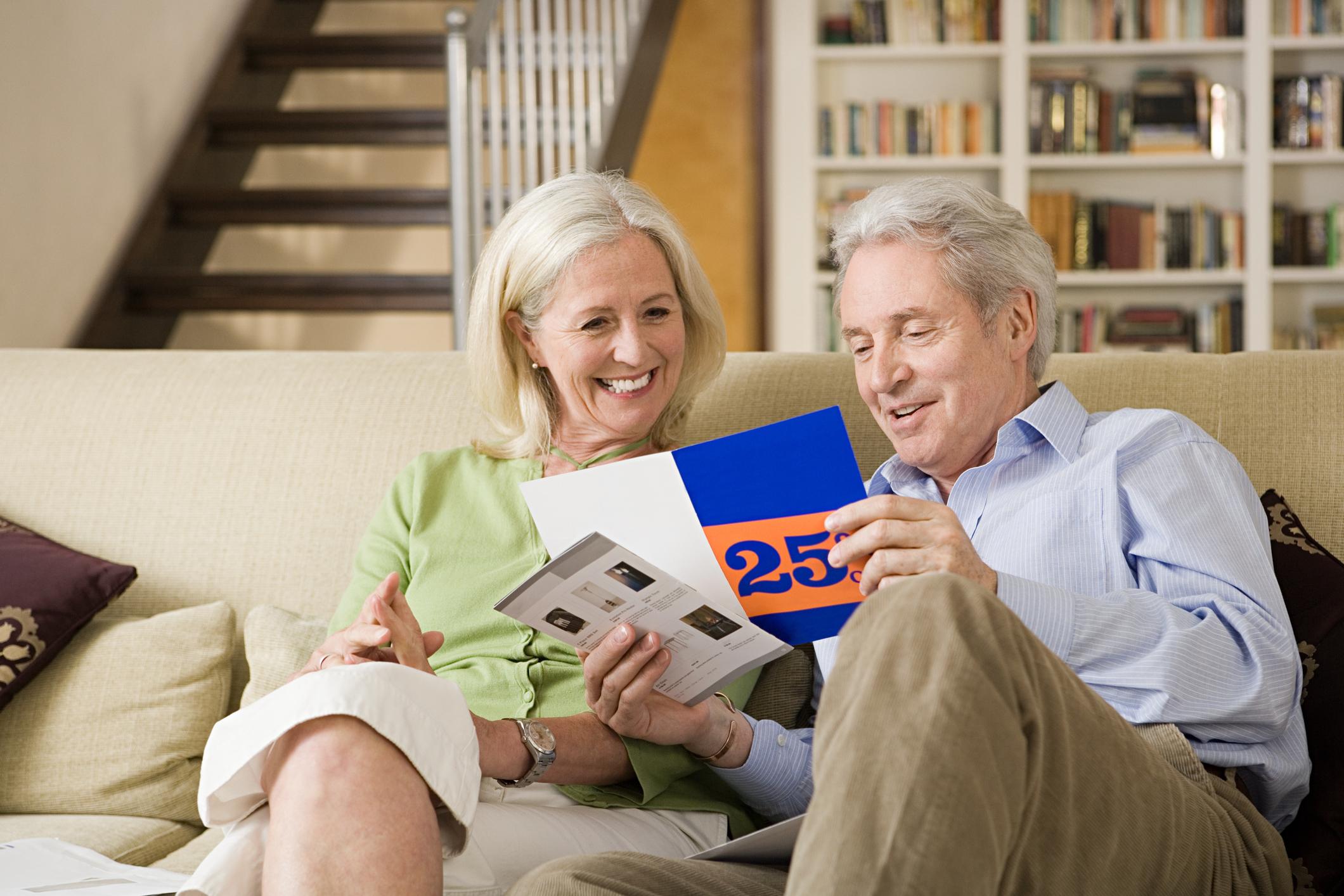 Couple senior qui consulte une brochure