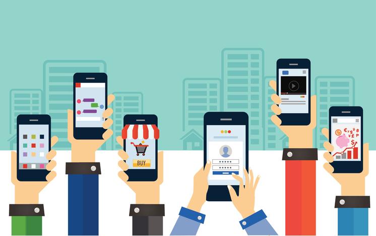 Des internautes consomment sur mobile