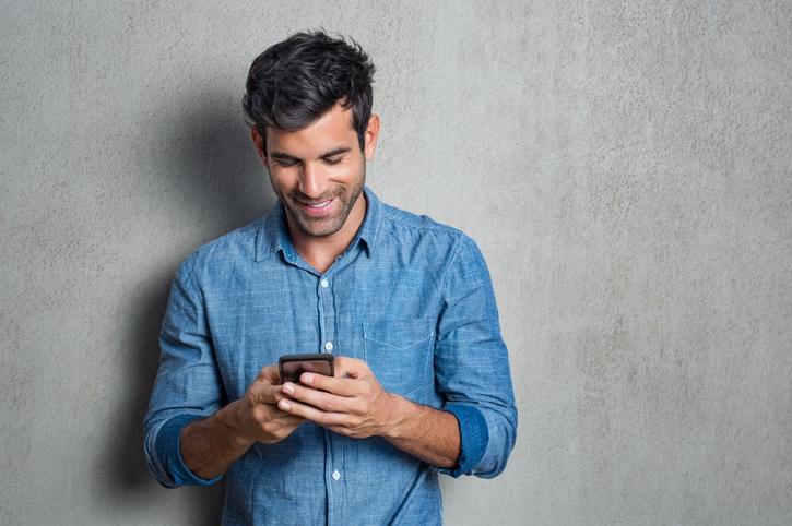 Un homme consulte son téléphone portable